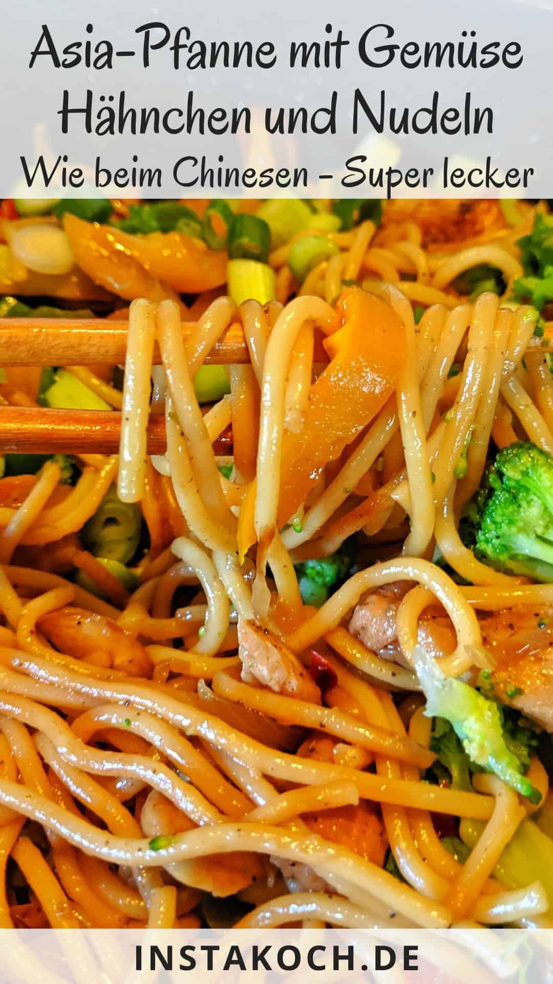 Eine Nahaufnahme einer Asiapfanne mit Nudeln Huhn und Brokkoli