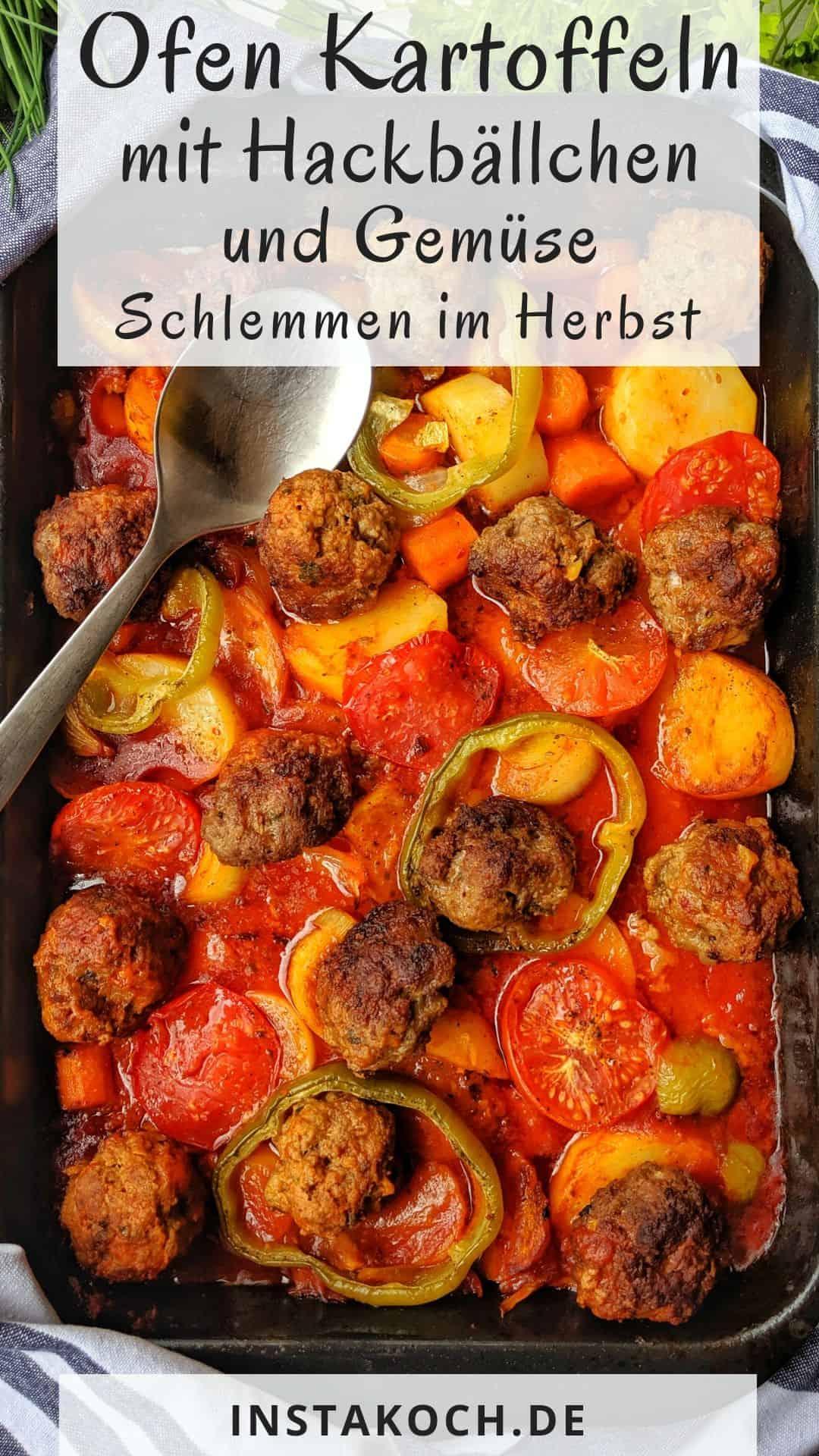 Eine Auflaufform mit Gebackene Kartoffeln in Tomatensoße mit Hackbällchen und Gemuese