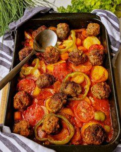 Gebackene Kartoffeln in Tomatensoße mit Hackbällchen und Gemüse