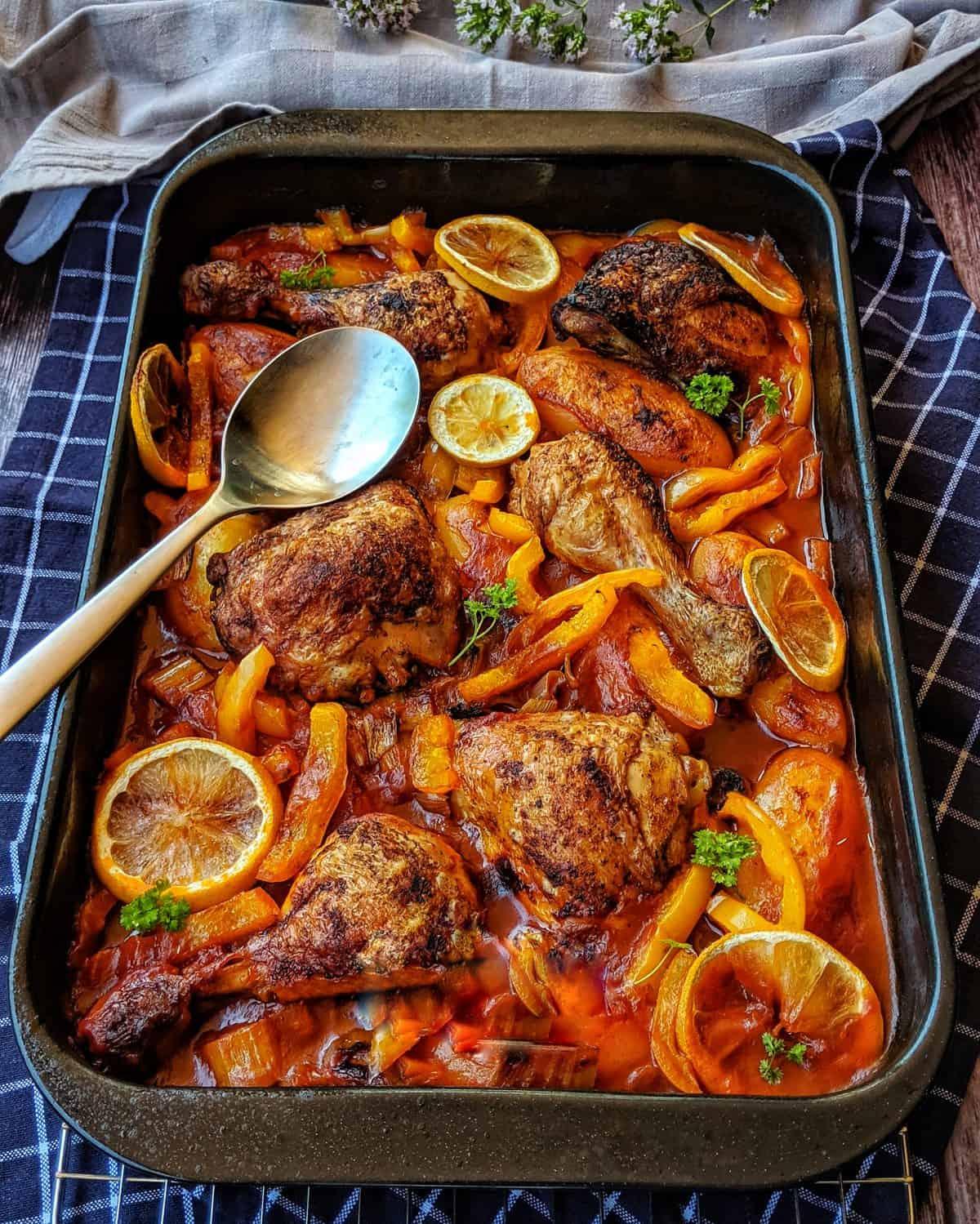 Eine Hähnchenpfanne mit Kartoffeln und Paprika in Tomatensosse
