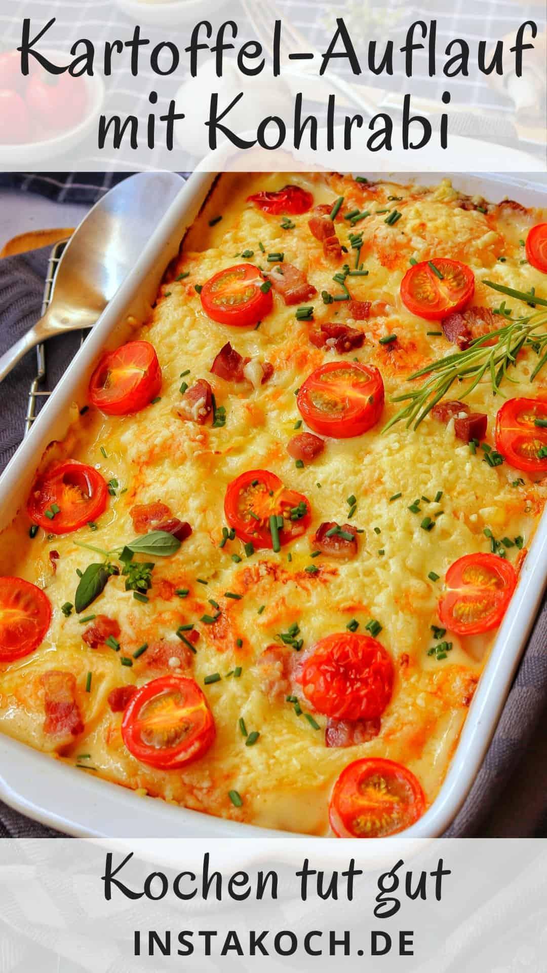 Eine weisse Auflaufform mit Kartoffel-Kohlrabi-Gratin mit Tomaten.