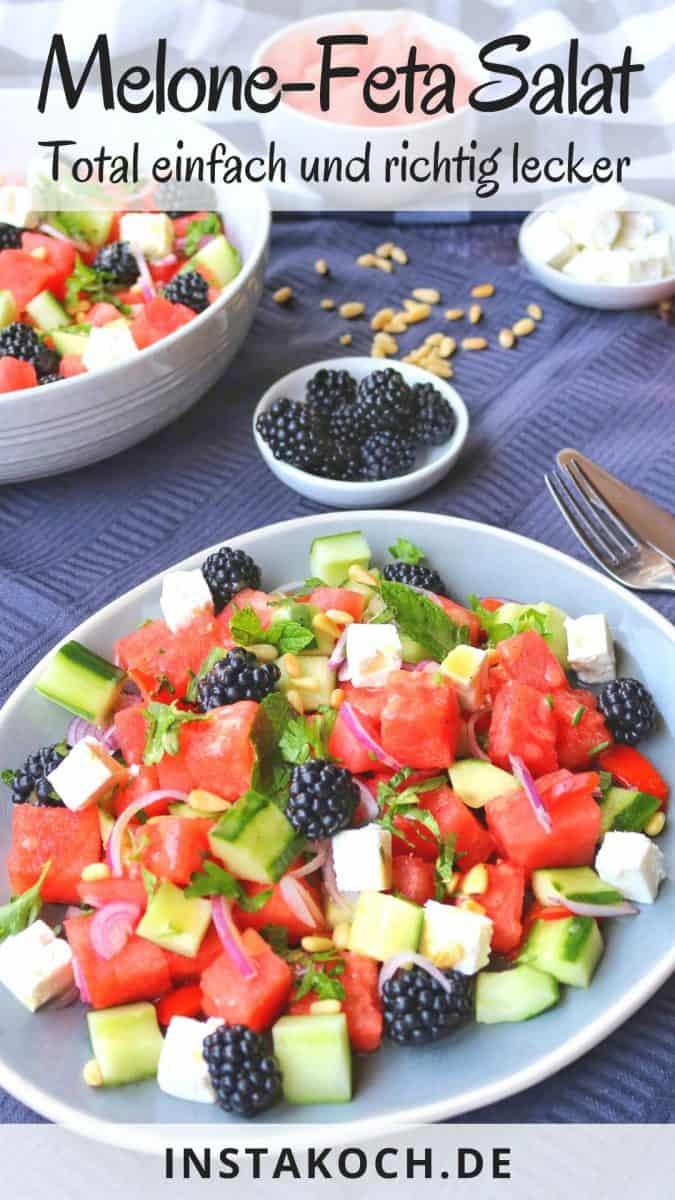 Melone Feta Salat auf einem Teller. Dahinter eine Salatschüssel und Brombeeren.