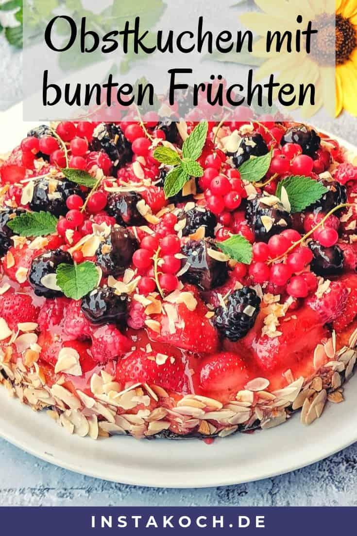 Ein Obstkuchen mit Erdbeeren, Himbeeren, Johannisbeeren und Brombeeren.
