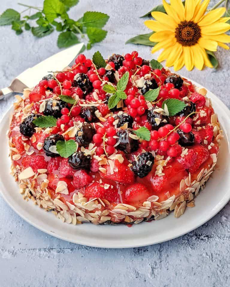 Obstkuchen mit vielen bunten Früchten