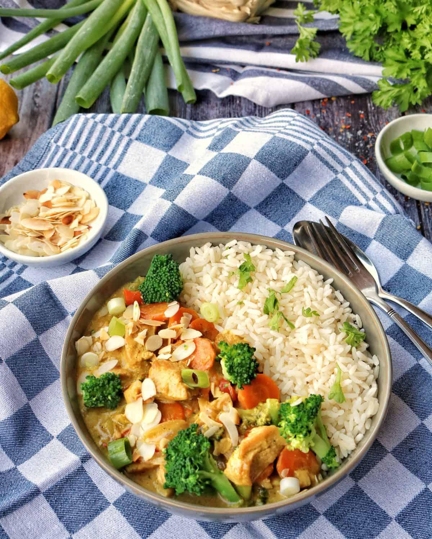 Putencurry mit Brokkoli, Mandeln und Reis