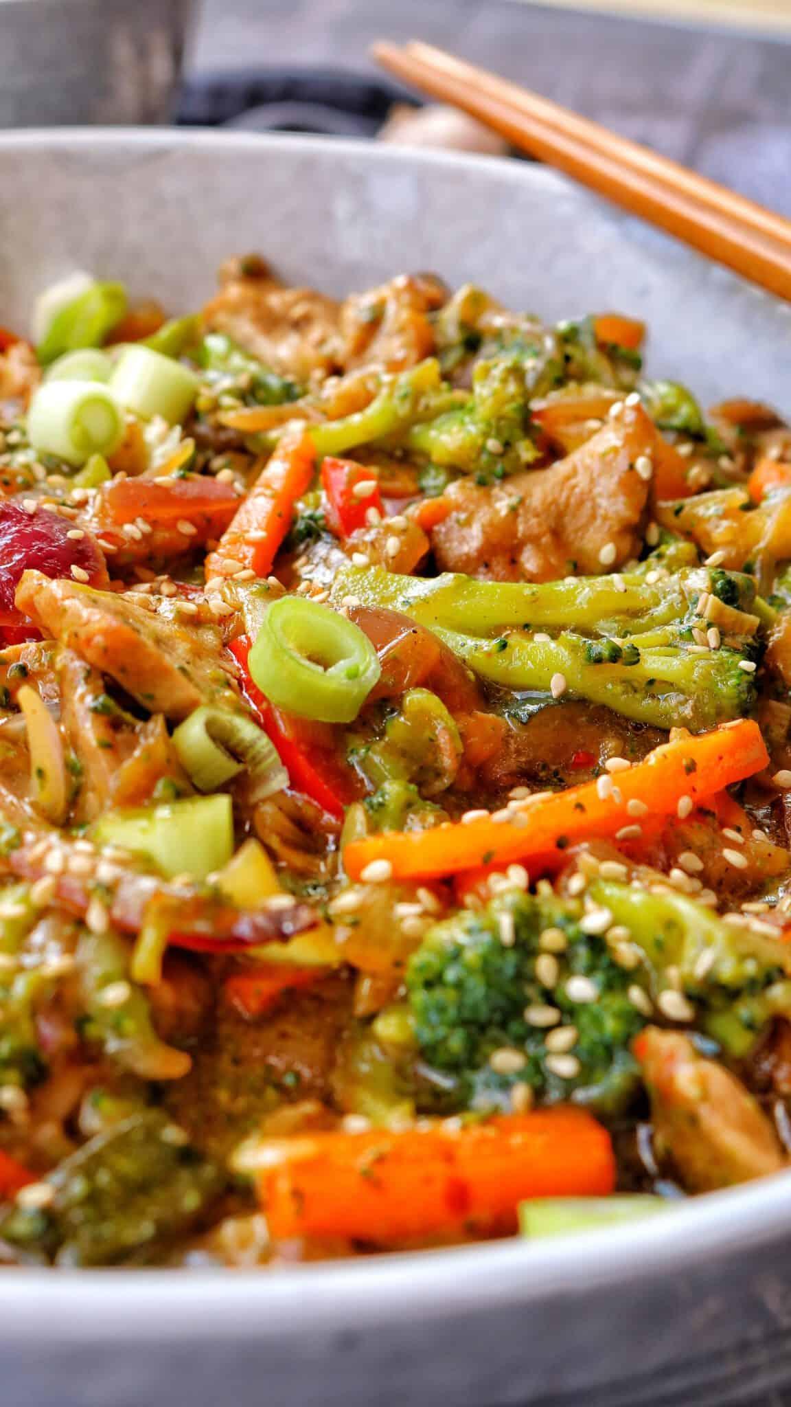 Eine helle Schale mit der asia Pfanne mit Gemüse und Reis.