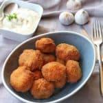 Frittierte Champignons in einer Schale mit Aioli