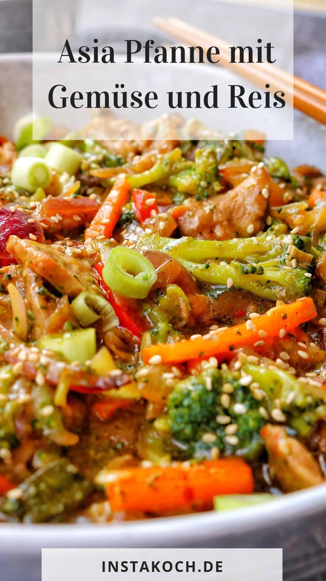 Eine helle Schale mit der asia Pfanne mit Gemüse und Reis