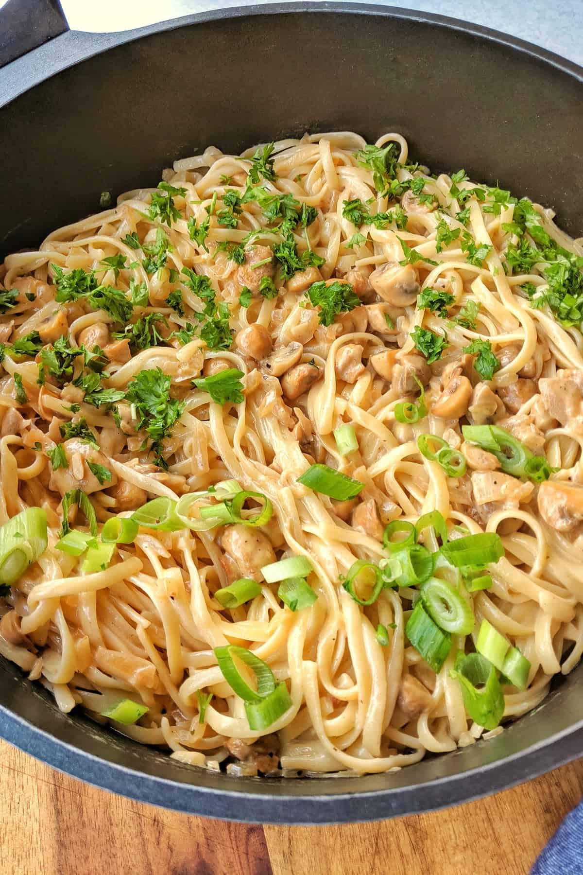 Eine Pfanne mit Spaghetti mit Champignons und Knoblauch