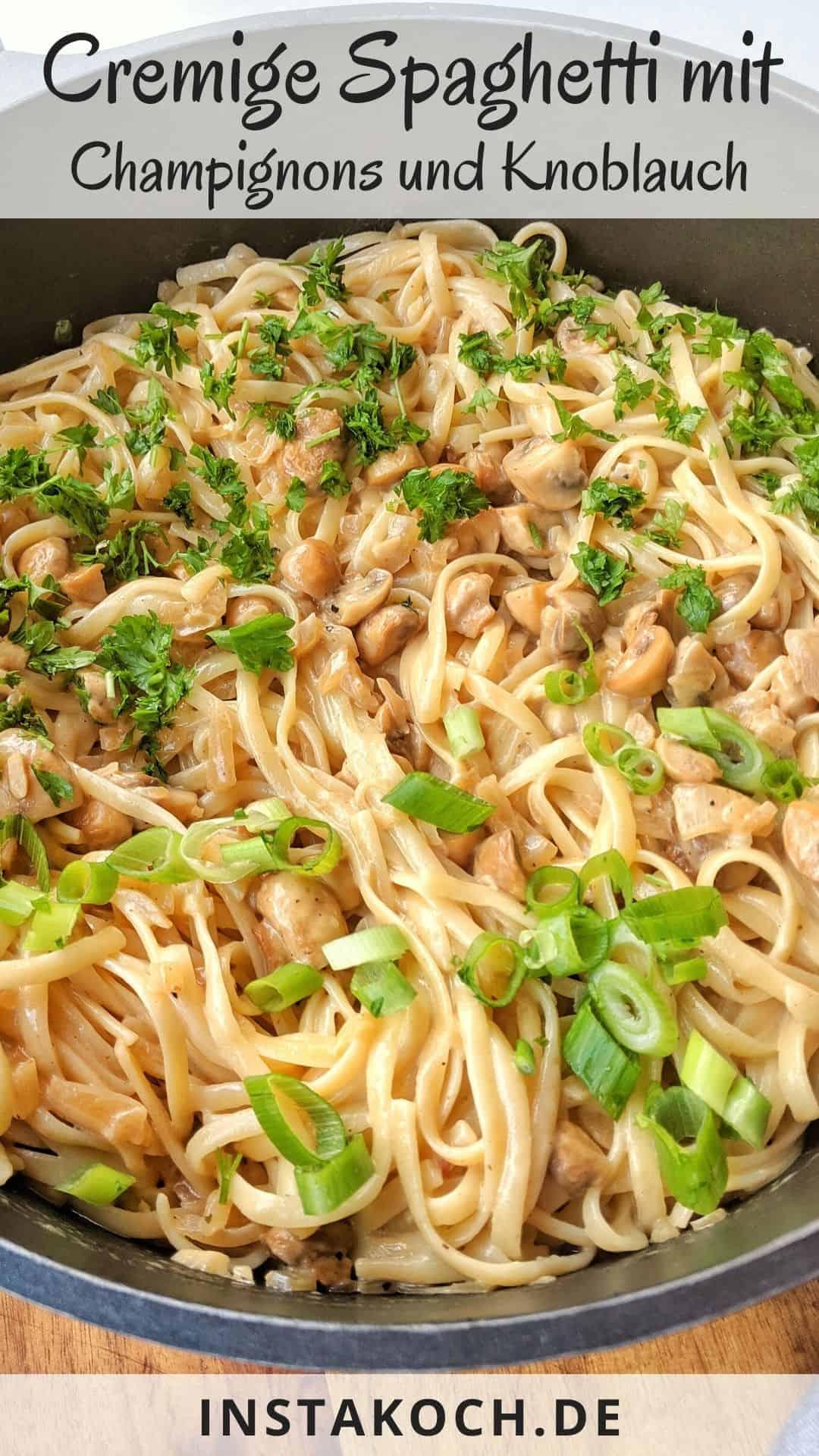 Eine Pfanne mit Spaghetti mit Champignons und Knoblauch.