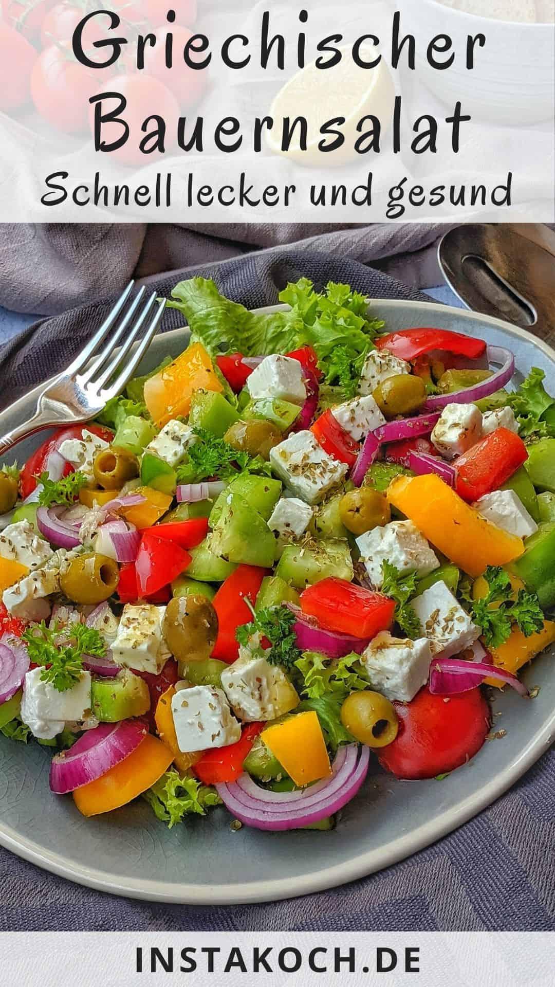 Ein ovaler Teller mit einem griechischen Bauernsalat. Daneben Besteck und Deko.