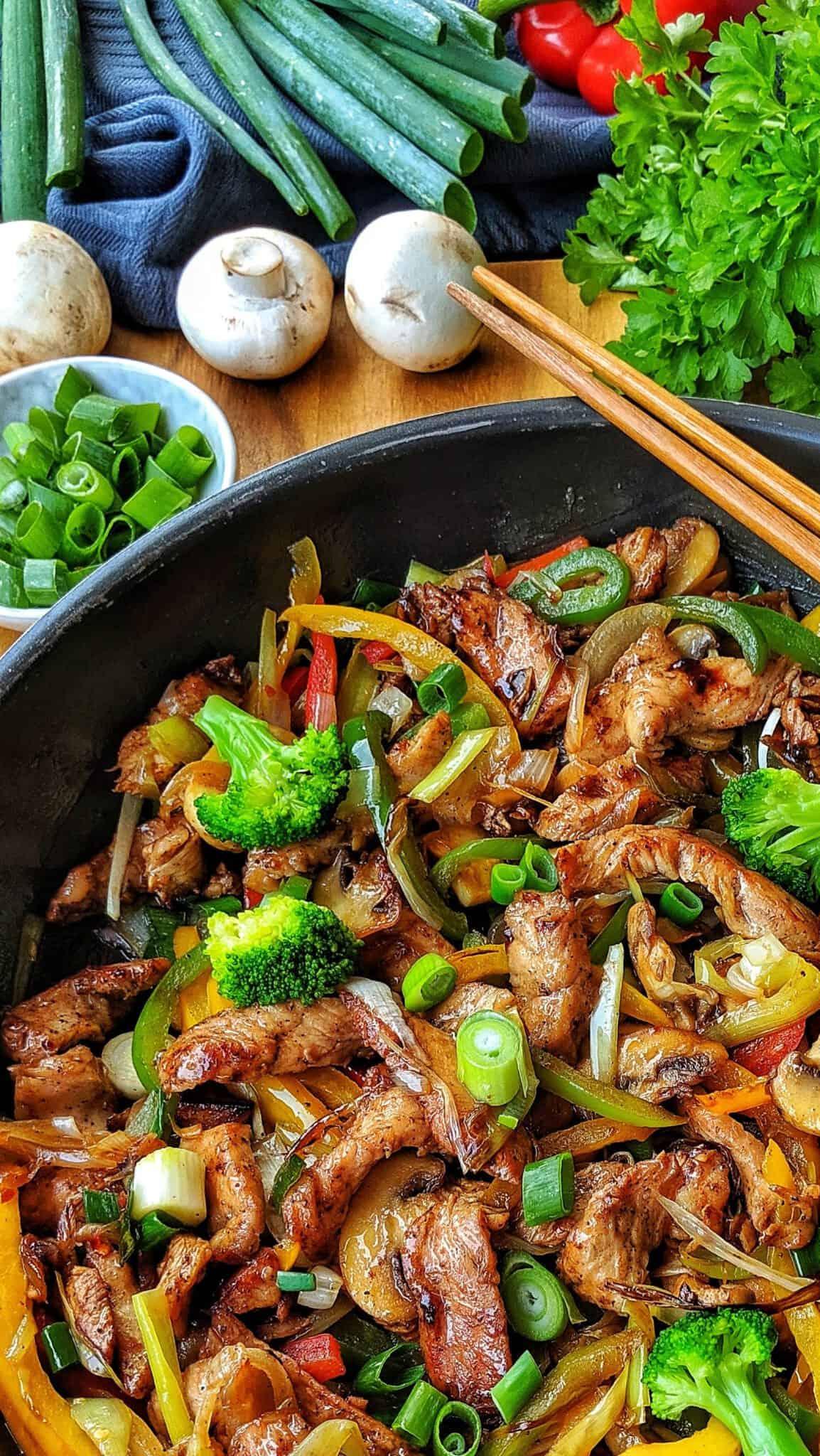 Eine Pfanne mit dem Lowcarb Gemüsepfanne mit Geflügel Gericht. Im Hintergrund Deko.