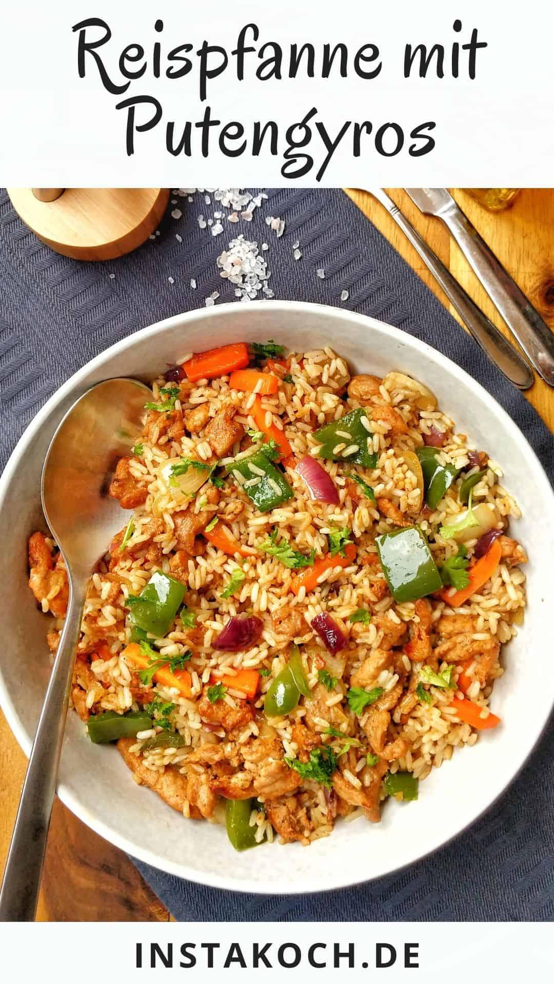 Eine Schüssel mit Reis und Putengyros