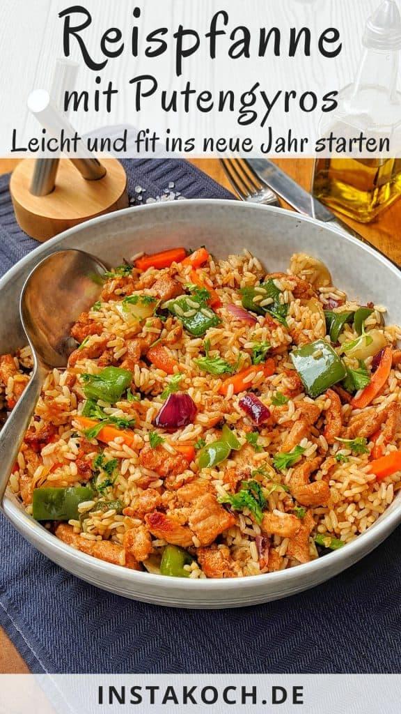 Eine grosse helle Schale mit Reis und Putengyros. Dahinter Deko