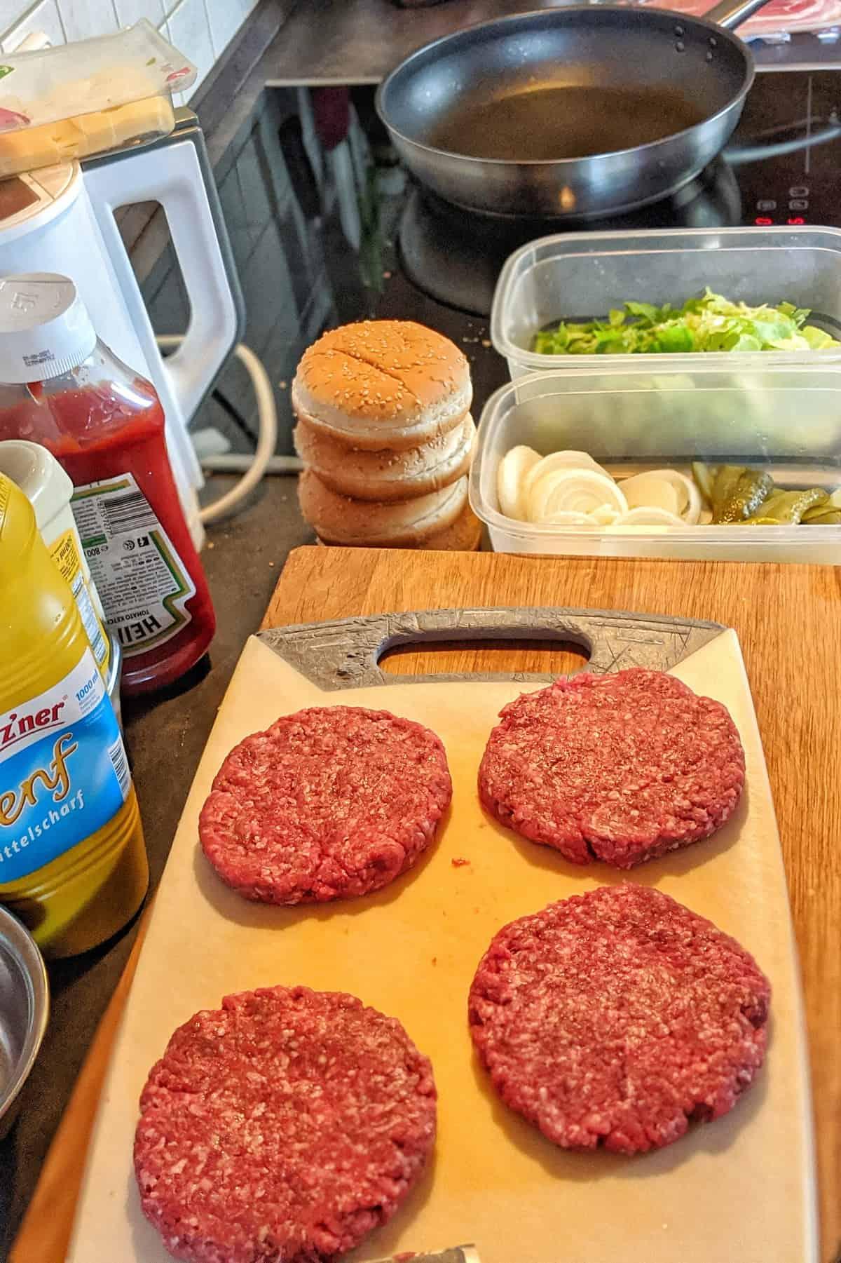 Zubereitung von Burgern in der Küche.