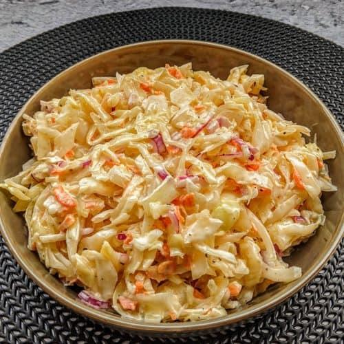Eine Schüssel mit Coleslaw Salat