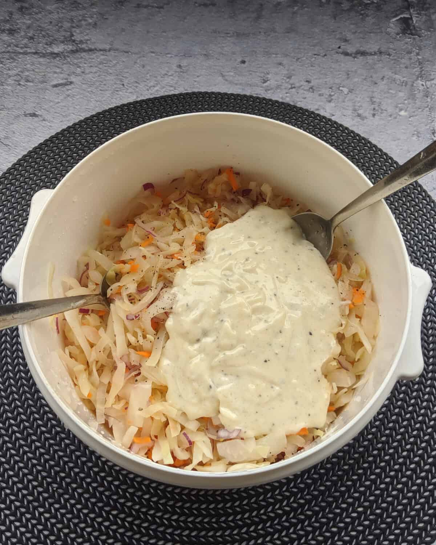 Coleslaw Salat mit einem Mayonnaise-Dressing in einer Schüssel