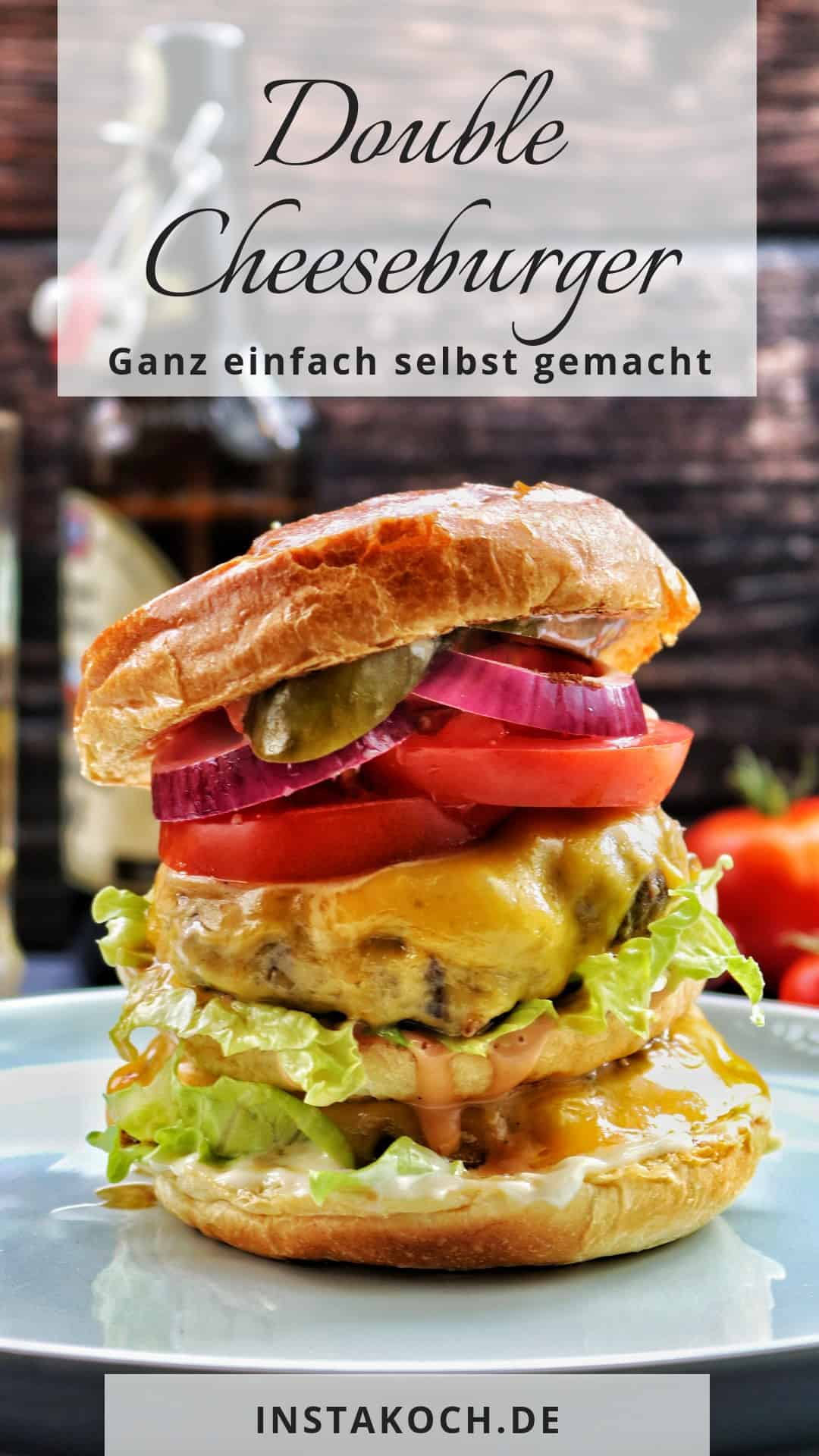 Ein double Cheeseburger auf einem hellen Teller. Im Hintergrund Deko.