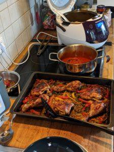 Ein Foto von der Zubereitung des Gerichts in der Küche