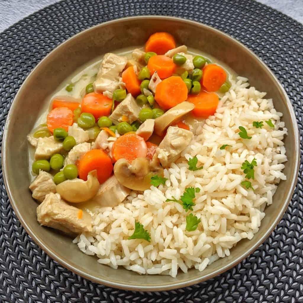 Putenfrikassee mit Reis angerichtet auf einem Teller