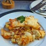 Ein Teller mit Kartoffel-Hack Auflauf mit Kohlrabi und Lauch