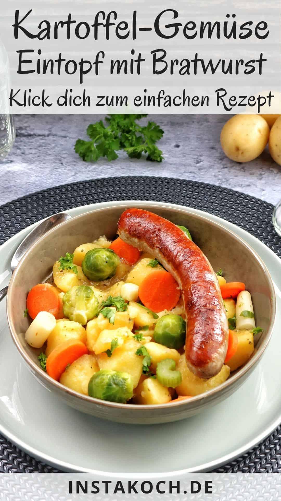 Ein Teller mit Kartoffelgemüse und Bratwurst. Dahinter Deko.