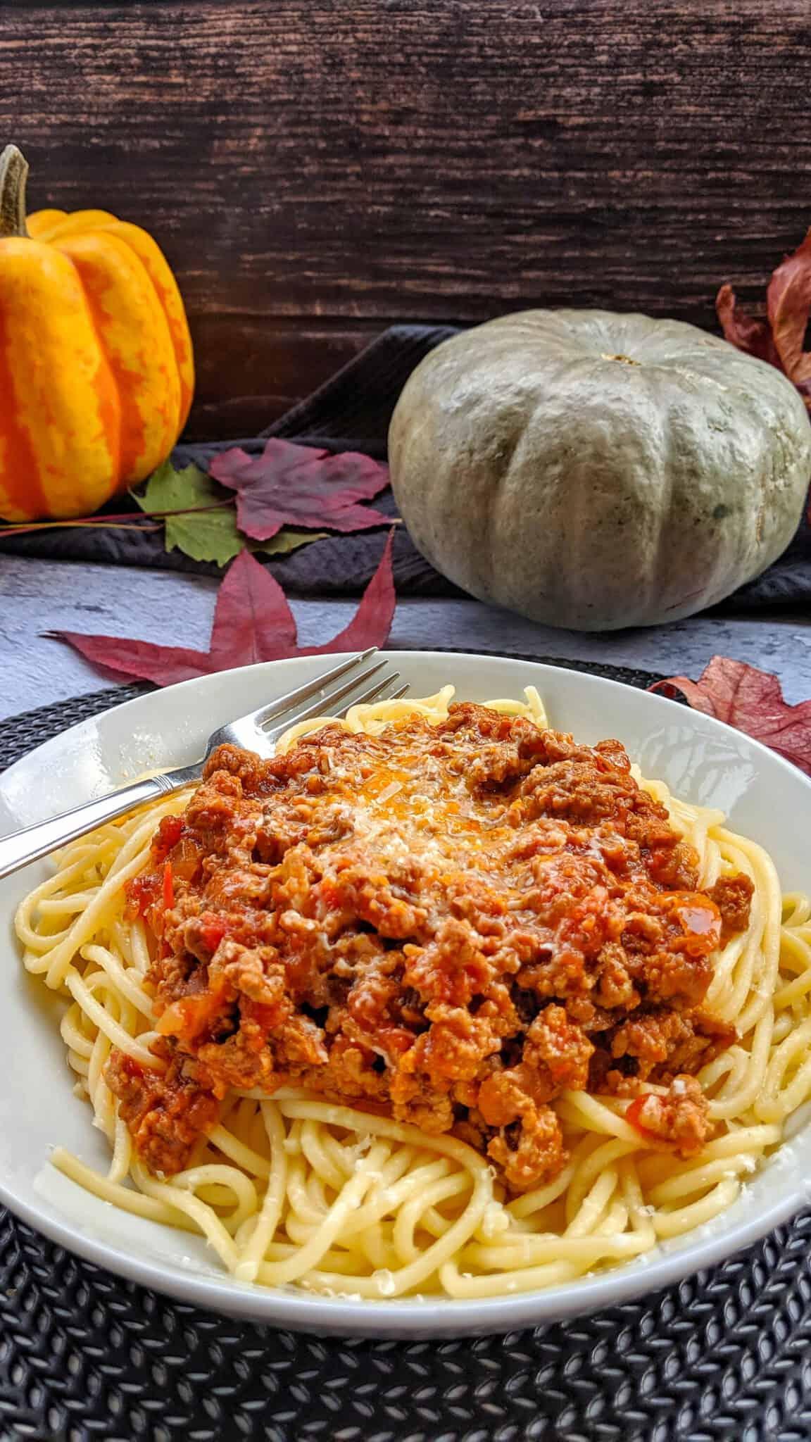 Ein weisser tiefer Teller mit Spaghetti Bolognese