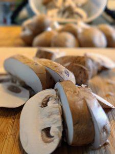 In Scheiben geschnittene Champignons.
