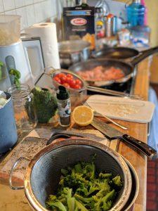 Brokkoli und Vorbereitungen in der Küche