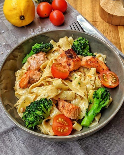 Cremige Lachs Pasta mit Brokkoli und Tomaten