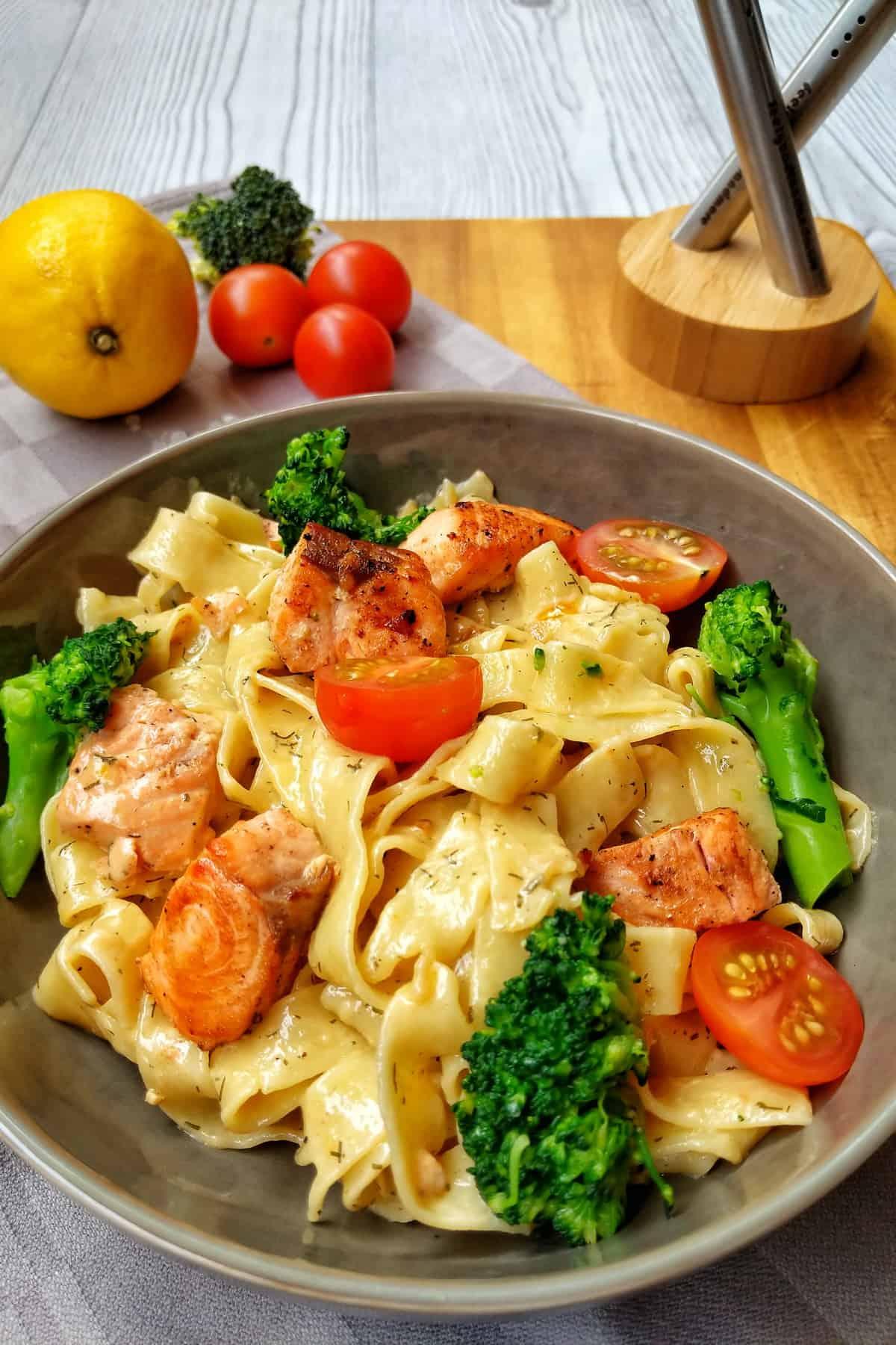 Cremige Lachs Pasta mit Brokkoli und Tomaten   Instakoch.de