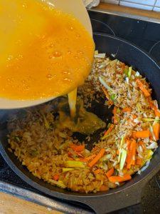 Das verquirlte Ei wird zum Reis geben