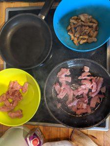 Das Fleisch wird Portionsweise angebraten.