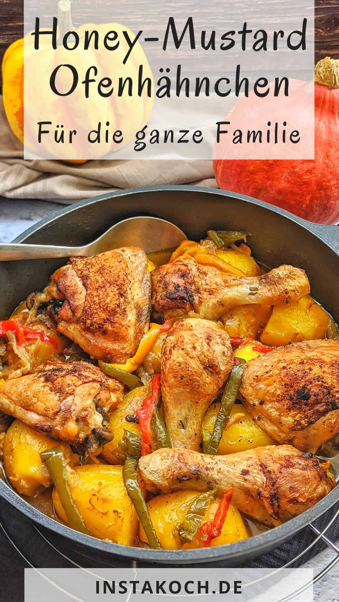 Ofen-Hähnchen mit Kartoffeln und Gemüse in einer Pfanne. Dahinter Deko.