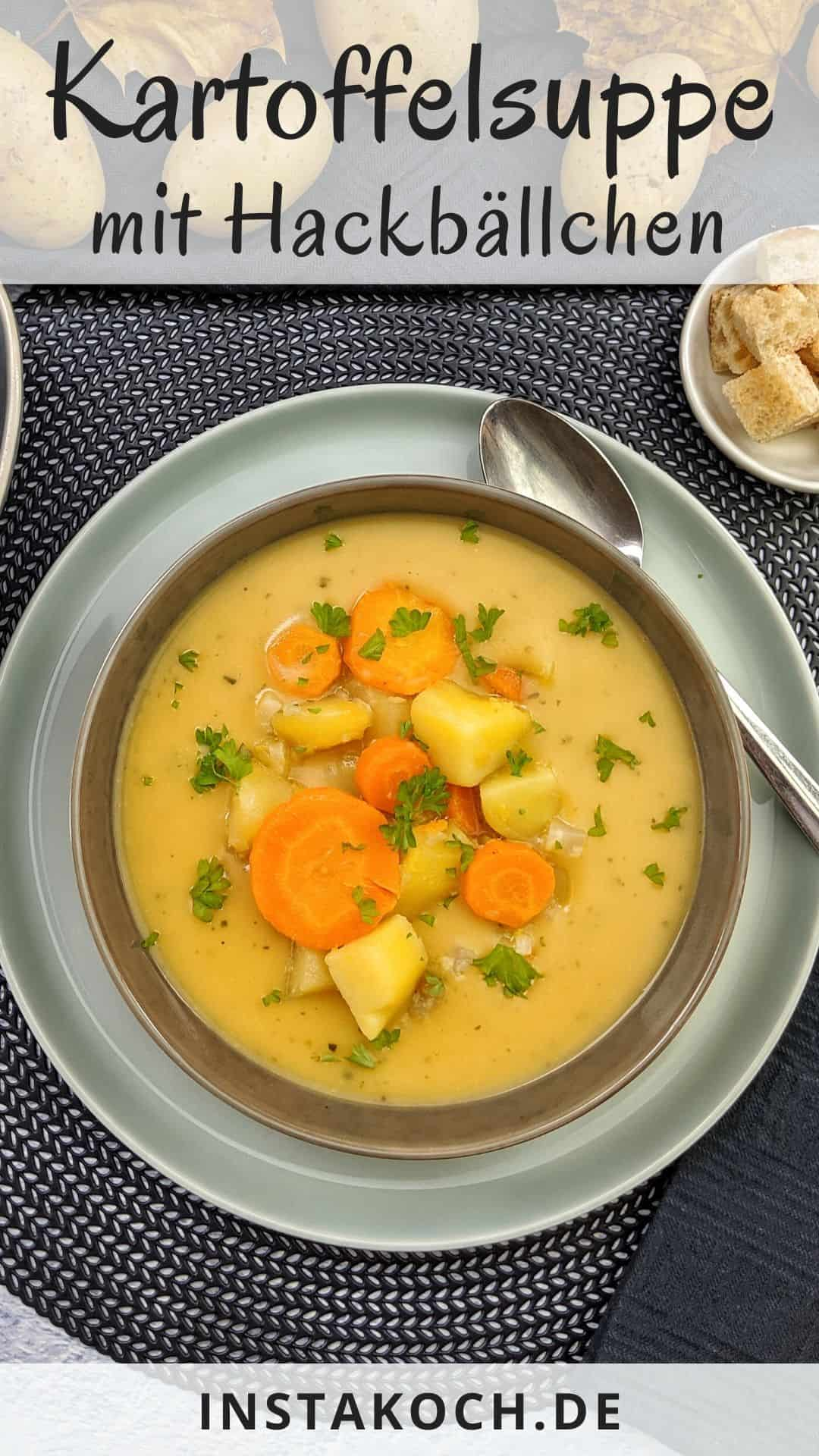 Ein Teller Kartoffelsuppe mit Gemüse. Im Hintergrund Deko.