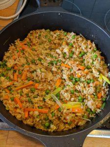 Das Reisgericht in einer Pfanne kurz vor Fertigstellung.