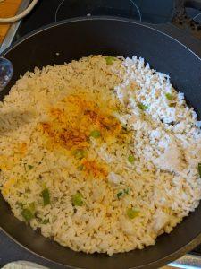 Kurkuma wird in die Pfanne zum Reis gegeben.