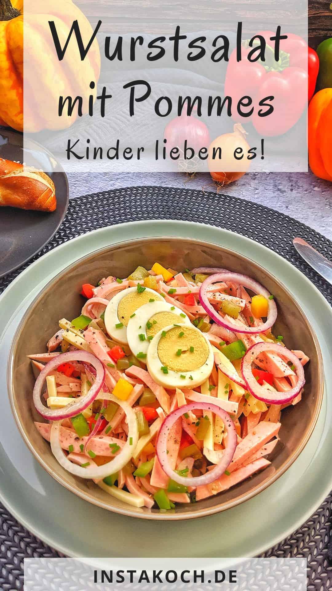Einen Teller Wurstsalat mit Zwiebeln und Ei. Dahinter Deko.