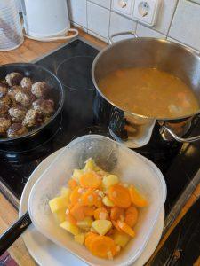 Zubereitung der Kartoffelsuppe.