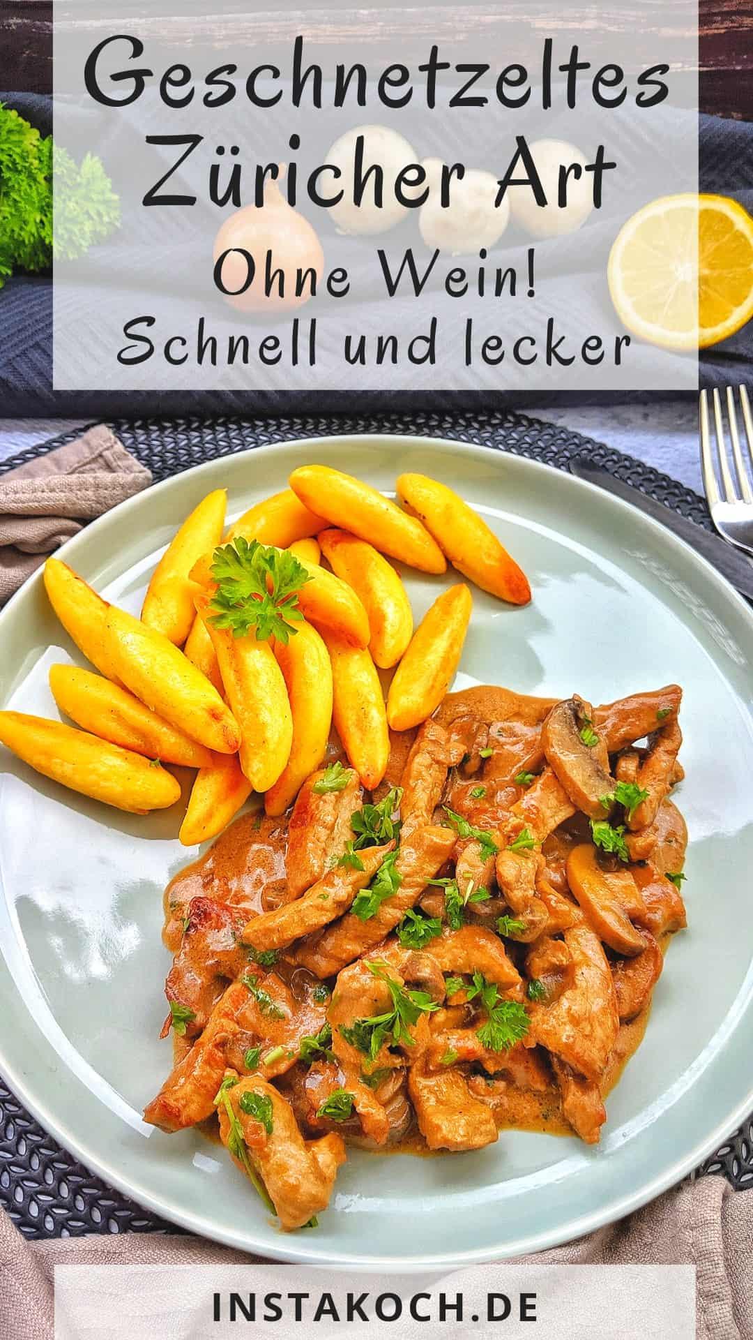 Züricher Geschnetzeltes mit Schupfnudeln auf einem Teller. Dahinter Deko.