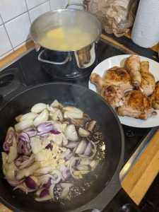 Zwiebeln und Knoblauch in der Pfanne anbraten