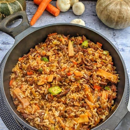 Eine grosse Pfanne mit Asia Reis, Gemüse und Rindfleischstreifen.