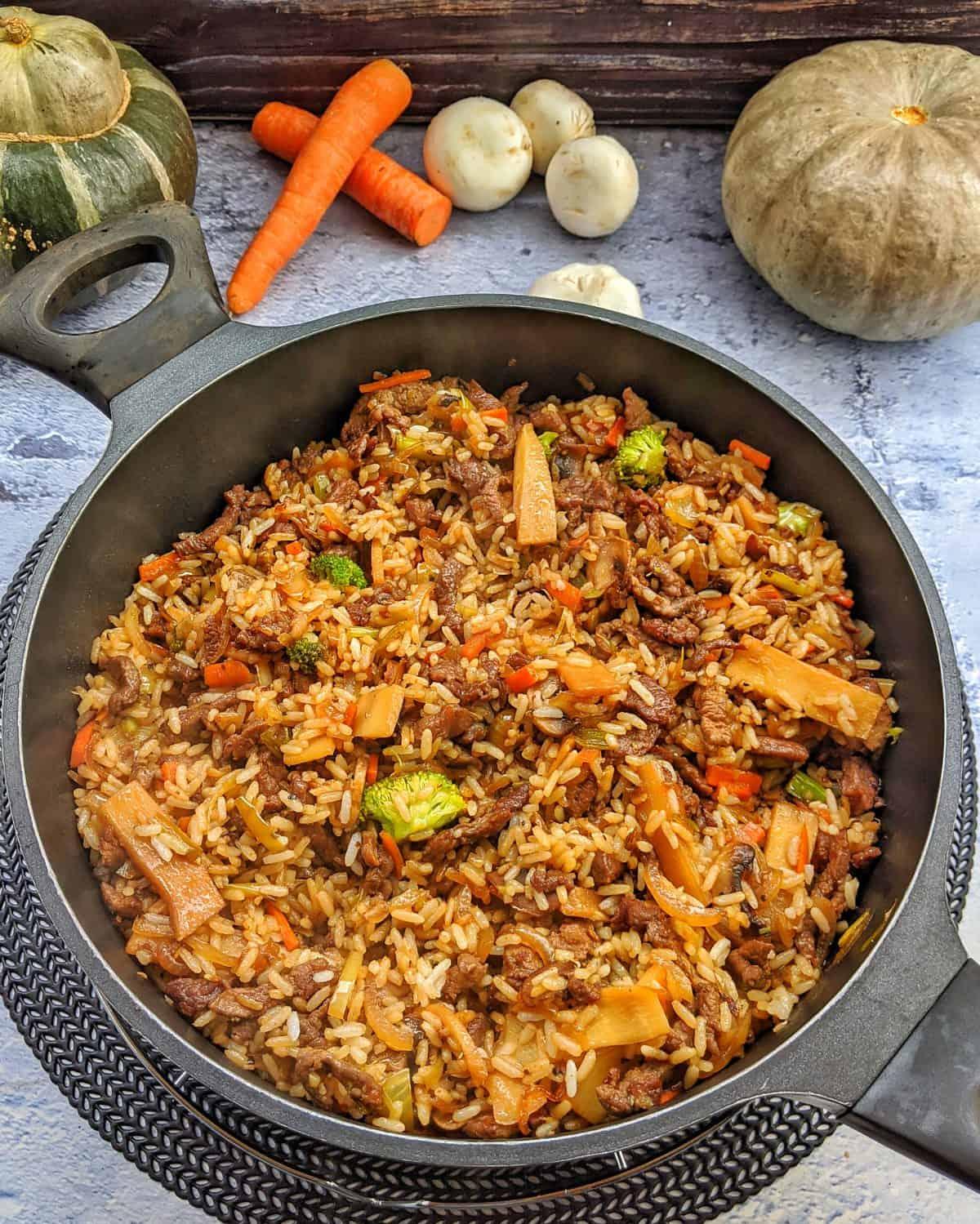 Asiatische Reispfanne mit Gemüse und Rindfleischstreifen