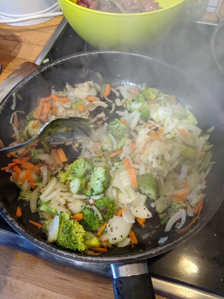 Das Gemüse wird in einer Pfanne angebraten