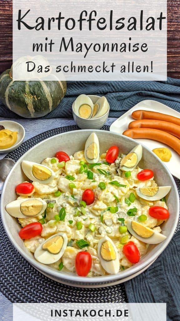 Eine Schüssel Kartoffelsalat mit Würstchen daneben und einer Schale Senf.