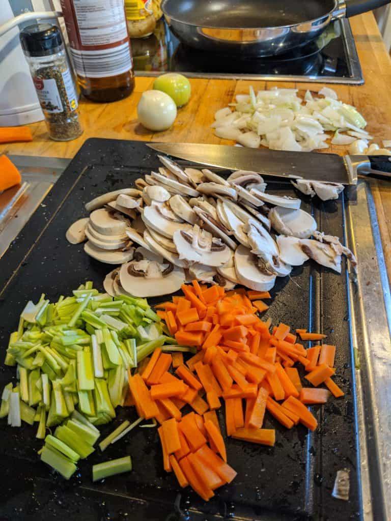 Klein geschnittenes Gemüse auf einem Schneidebrett