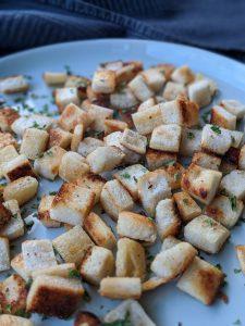 Die fertigen Croutons auf einem Teller