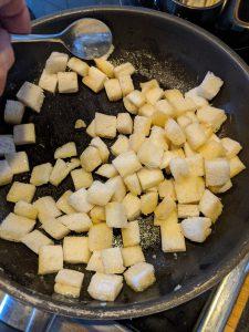 Die Croutons werden in einer Pfanne angebraten