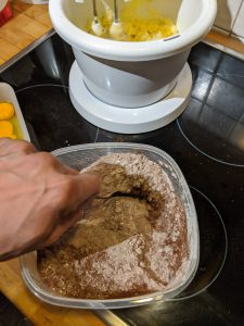 Die trockenen Zutaten für die Chocolate Crinkle Cookies werden in einer Schüssel verrührt