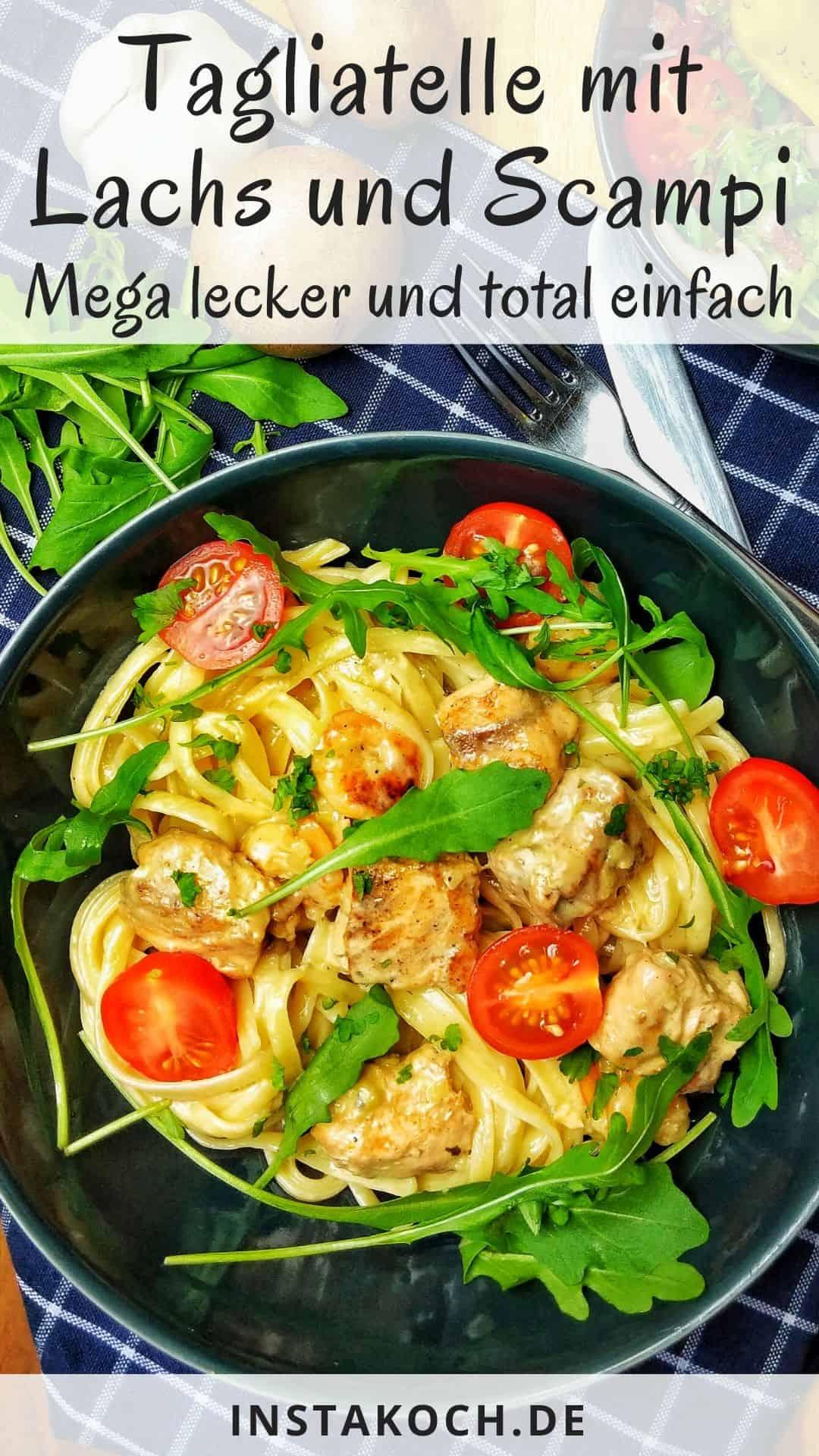 Ein dunkler Teller mit Tagliatelle mit Lachs und Scampi in Parmesan-Rahmsoße